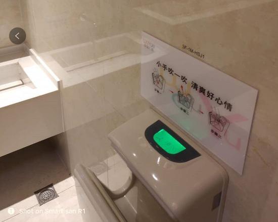 比如厕所还算时髦的配上了这样的烘干机的上方,也会有这样很有地方特色的口号标签。很多时候这就是三四线商业地产的战争,需求就在那里了,就看你愿不愿意去