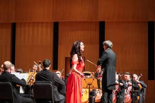 当女高音歌唱家艾莉娜·德鲁哈克倾情演唱时,将现场氛围推向高潮。尤其《我爱你,中国》的乐曲响起,观众自发地歌唱起来。这首极具中国民族风的歌曲在艾莉娜·德鲁哈克的唱腔中沁人心脾,别具一番风情。
