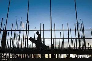 根据鹤岗市2018年政府工作会议报告显示,(2018年)推进安居保障惠民,全年各类保障房结转续建复工10346套,回迁安置16830户;2018年的政府工作报告中,(2017年)各类保障性安居工程共开复工建设4万套,安置居民2.6万户,完成货币直接补偿9277户,改造农村危房703户。