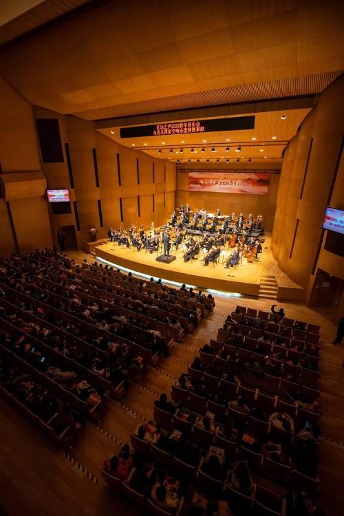 """每年的""""亿达之声""""新年音乐会都会演奏脍炙人口的中国曲目来调动观众的情绪。这也是亿达中国多年来的精心准备与安排。作为亿达之声新年音乐会的保留曲目《亿达交响》第三乐章展现人间大爱,婉转动听的韵律在乌克兰国家交响乐团的演奏中不断升华爱的主题。如此华丽的乐章无不彰显出对祖国、对大众、对这座城市的满满的爱……"""