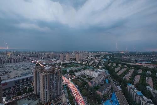 北京市民陈先生在网络论坛发帖称,他在天通苑有一间120平方米的三居室准备出租,陈先生心里预期是7500元每月,自如先报价8500元,蛋壳加到9000元,随后自如又提到9500元,双方互相加价,几轮过后,蛋壳最终给到10800元每月。