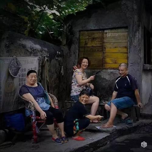 刘阿姨一家,是四年前的春天搬来的。她的大孙子可可,就是在这个院里长大的。儿子和儿媳在省城工作,孙子由刘阿姨带。刘阿姨对这个孙子疼的要命,含在嘴里怕化了,抱在手上怕摔了。