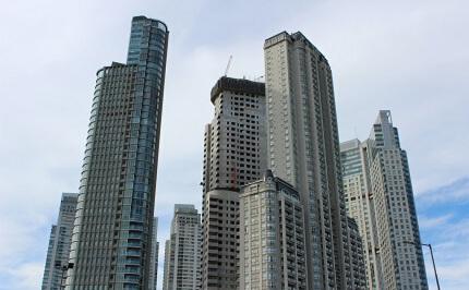 """23楼""""飞窗""""砸车,谁担责 法院:物业和承租人没责任,业主承担"""