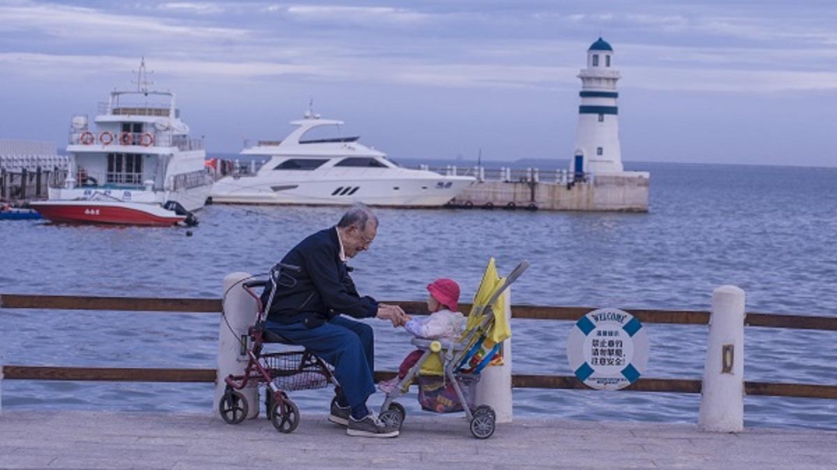 老人与孩.jpg