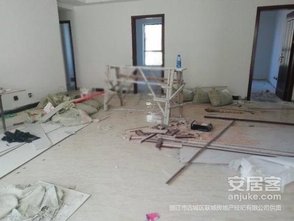 大四室,装修一半,就房间里没有弄完,房东急卖,看房方便