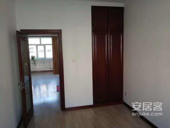 金盾小区4楼129平,三室一厅实木装修带26.8平车库68万
