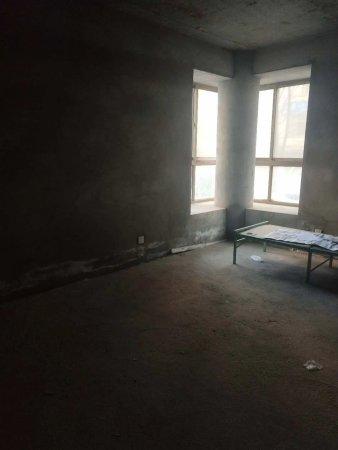 银城小区165平毛坯房一楼出售,正方格局,设计合理可按揭