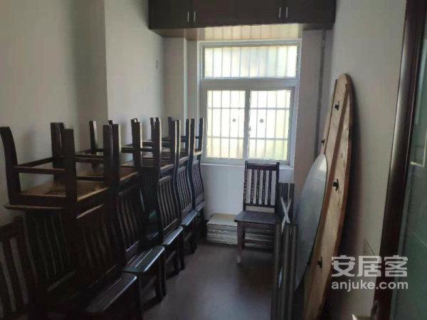 靠江的公务员小区小区绿化很好房子保存的很好3房中间楼层。