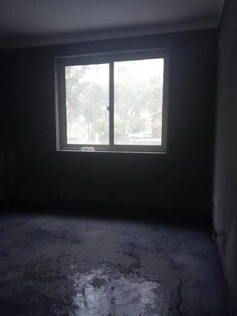 金宸国际南北通透一楼带院三室毛坯小区中心位置有钥匙!